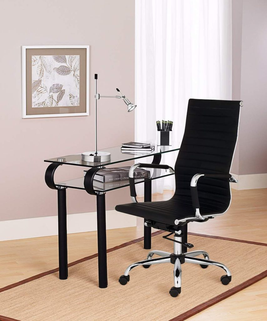 An office with a desk and a chair.